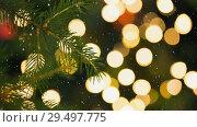 Купить «Falling snow and Christmas lights», видеоролик № 29497775, снято 17 февраля 2020 г. (c) Wavebreak Media / Фотобанк Лори