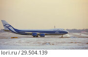 Купить «Cargo Boeing 747 taxiing on runway in the airport, winter view», видеоролик № 29504139, снято 11 ноября 2017 г. (c) Данил Руденко / Фотобанк Лори