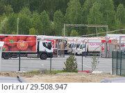 """Купить «База с грузовиками компании """"Красное & Белое""""», фото № 29508947, снято 2 июня 2018 г. (c) Нина Карымова / Фотобанк Лори"""