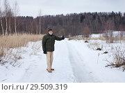 Купить «Пожилой мужчина на зимней прогулке поднимает большой палец руки вверх», фото № 29509319, снято 24 февраля 2015 г. (c) Victoria Demidova / Фотобанк Лори
