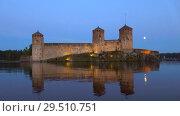 Купить «Вид на крепость Олавинлинна ясной июльской ночью. Савонлинна, Финляндия», видеоролик № 29510751, снято 24 июля 2018 г. (c) Виктор Карасев / Фотобанк Лори
