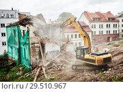 Купить «excavator crasher machine at demolition on construction site», фото № 29510967, снято 7 июля 2018 г. (c) Дмитрий Калиновский / Фотобанк Лори