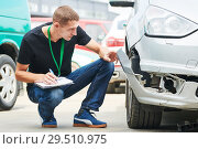 Insurance agent recording car damage on claim form. Стоковое фото, фотограф Дмитрий Калиновский / Фотобанк Лори