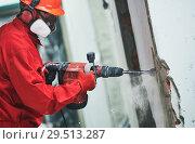 Купить «worker with demolition hammer removing plaster or stucco from wall», фото № 29513287, снято 3 октября 2018 г. (c) Дмитрий Калиновский / Фотобанк Лори