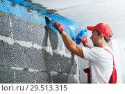 Купить «plasterer worker protecting corner with mesh. building technology», фото № 29513315, снято 24 сентября 2018 г. (c) Дмитрий Калиновский / Фотобанк Лори