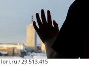 Купить «Ребенок в большом городе», фото № 29513415, снято 1 декабря 2018 г. (c) Яковлев Сергей / Фотобанк Лори