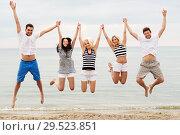 Купить «friends in striped clothes running along beach», фото № 29523851, снято 13 июля 2014 г. (c) Syda Productions / Фотобанк Лори