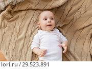 Купить «sweet little baby boy lying on knitted blanket», фото № 29523891, снято 1 сентября 2017 г. (c) Syda Productions / Фотобанк Лори