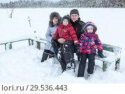 Бабушка и дедушка с внуками на прогулке по замерзшему берегу реки. Стоковое фото, фотограф Кекяляйнен Андрей / Фотобанк Лори