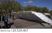 Купить «Rescuers setting up an army field tent, deploy campground on windy weather», видеоролик № 29539467, снято 2 октября 2018 г. (c) А. А. Пирагис / Фотобанк Лори