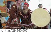 Купить «Women and men in national clothing indigenous inhabitants Kamchatka dancing with tambourine», видеоролик № 29540007, снято 4 ноября 2018 г. (c) А. А. Пирагис / Фотобанк Лори
