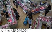 Купить «Top view of fish shop trading floor, people buying seafood and fish», видеоролик № 29540031, снято 1 декабря 2018 г. (c) А. А. Пирагис / Фотобанк Лори