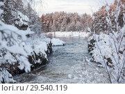 Купить «Бурное течение реки после водопада среди заснеженных скалистых берегов, зимнее время года», фото № 29540119, снято 23 декабря 2014 г. (c) Кекяляйнен Андрей / Фотобанк Лори