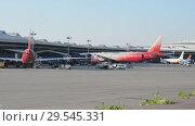Купить «Aircraft stand at the air terminal gates», видеоролик № 29545331, снято 1 августа 2018 г. (c) Андрей Радченко / Фотобанк Лори