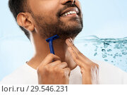 Купить «close up of man shaving beard with razor blade», фото № 29546231, снято 27 октября 2018 г. (c) Syda Productions / Фотобанк Лори