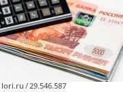 Купить «Российские банкноты и карманный калькулятор на светлом фоне», фото № 29546587, снято 3 декабря 2018 г. (c) Игорь Низов / Фотобанк Лори