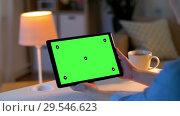 Купить «hands holding tablet pc with green screen at home», видеоролик № 29546623, снято 10 декабря 2018 г. (c) Syda Productions / Фотобанк Лори
