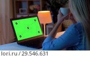 Купить «woman using on laptop with green screen at home», видеоролик № 29546631, снято 10 декабря 2018 г. (c) Syda Productions / Фотобанк Лори