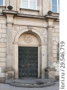 HAMBURG, GERMANY. Door of Museum of arts and crafts decorated with erotic figures (Museum fur Kunst und Gewerbe) (2018 год). Редакционное фото, фотограф Наталья Николаева / Фотобанк Лори