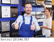 Купить «Salesman in mailbox store», фото № 29546787, снято 17 апреля 2018 г. (c) Яков Филимонов / Фотобанк Лори