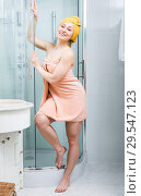 Купить «Girl wrapped in towel in bathroom», фото № 29547123, снято 12 декабря 2018 г. (c) Яков Филимонов / Фотобанк Лори