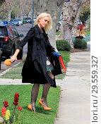 Купить «Gwen Stefani and Blake Shelton take the kids to Church on Easter Sunday in Los Angeles, United States. Featuring: Gwen Stefani Where: Los Angeles, California...», фото № 29559327, снято 1 апреля 2018 г. (c) age Fotostock / Фотобанк Лори