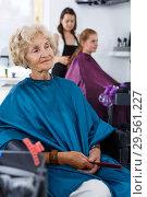 Купить «Elderly female client waiting for hair styling», фото № 29561227, снято 26 июня 2018 г. (c) Яков Филимонов / Фотобанк Лори