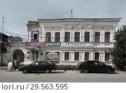 Купить «Павлово, дом на Красноармейской улице увешанный рекламой», эксклюзивное фото № 29563595, снято 30 августа 2018 г. (c) Дмитрий Неумоин / Фотобанк Лори