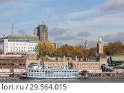 Купить «Гамбург, Германия. Белый экскурсионный пароход на фоне города. (Hamburg, Germany. White excursion steamer on background of city)», фото № 29564015, снято 8 ноября 2018 г. (c) Наталья Николаева / Фотобанк Лори