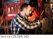 Купить «Worker processing leather for belt», фото № 29564143, снято 21 августа 2019 г. (c) Яков Филимонов / Фотобанк Лори