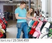 Купить «Man with woman are choosing modern motobikes», фото № 29564459, снято 8 мая 2018 г. (c) Яков Филимонов / Фотобанк Лори
