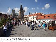 Prague, Hlavni mesto Praha, Czech Republic - On the Charles Bridge. Tourists around the Kleinseiter bridge tower. (2018 год). Редакционное фото, агентство Caro Photoagency / Фотобанк Лори