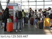 Купить «Berlin, Germany, travellers are standing at the train station Suedkreuz at a ticket machine of the VBB», фото № 29569447, снято 20 апреля 2018 г. (c) Caro Photoagency / Фотобанк Лори