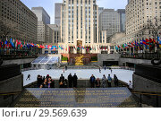 Ice rink at Rockefeller Center in New York (2018 год). Редакционное фото, агентство Caro Photoagency / Фотобанк Лори