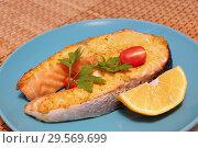 Купить «Семга запеченная. Кусок красной рыбы с лимоном и помидорами на голубой тарелке.», фото № 29569699, снято 14 декабря 2018 г. (c) ирина реброва / Фотобанк Лори