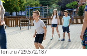 Купить «Happy children skipping on chinese jumping elastic rope in yard», видеоролик № 29572187, снято 23 июля 2018 г. (c) Яков Филимонов / Фотобанк Лори