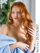 Купить «Рыжеволосая девушка в мужской рубашке», фото № 29574867, снято 16 декабря 2018 г. (c) Момотюк Сергей / Фотобанк Лори