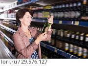 Portrait of glad woman buying a beer. Стоковое фото, фотограф Яков Филимонов / Фотобанк Лори