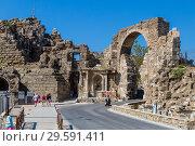 Купить «Вход в амфитеатр и старый центр Сиде, Турция», фото № 29591411, снято 10 сентября 2018 г. (c) Ольга Сейфутдинова / Фотобанк Лори