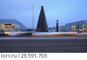 Купить «Новогодняя елка на территории  авто-центра Липецк», фото № 29591703, снято 19 декабря 2018 г. (c) Евгений Будюкин / Фотобанк Лори