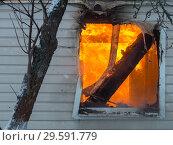 Окно горящего дачного дома. Стоковое фото, фотограф Сайганов Александр / Фотобанк Лори