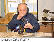 Купить «Мастер-стеклодув выдувает стеклянную елочную игрушку. Фабрика елочных игрушек. Кентшин, Польша», фото № 29591847, снято 18 ноября 2018 г. (c) Ирина Борсученко / Фотобанк Лори