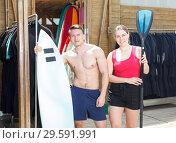 Купить «guy and girl choosing surf equipment for rent», фото № 29591991, снято 30 апреля 2018 г. (c) Яков Филимонов / Фотобанк Лори