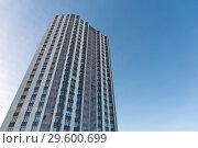 Многоэтажный жилой дом на фоне синего неба. Стоковое фото, фотограф Светлана Попова / Фотобанк Лори