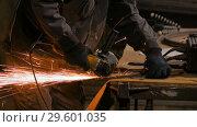 Blacksmith sawing metal with hand circular saw. Стоковое видео, видеограф Aleksey Popov / Фотобанк Лори