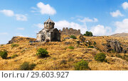 Купить «Туристы осматривают церковь Ваграмашен, Амберд, Армения», фото № 29603927, снято 21 сентября 2018 г. (c) Инна Грязнова / Фотобанк Лори