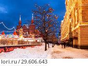 Купить «Winter Moscow, tourists are walking on Red Square in the evening. Russia», фото № 29606643, снято 1 февраля 2018 г. (c) Наталья Волкова / Фотобанк Лори