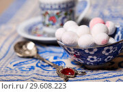Купить «Cranberries in powdered sugar in a blue cup on the table», фото № 29608223, снято 20 декабря 2018 г. (c) Яна Королёва / Фотобанк Лори
