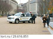 Police car with policeman drinking coffee. Вашингтон, США (2018 год). Редакционное фото, фотограф Валерия Попова / Фотобанк Лори