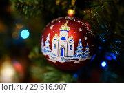 Купить «Новогодний шарик с рождеством висит на ёлке», эксклюзивное фото № 29616907, снято 25 декабря 2018 г. (c) Игорь Низов / Фотобанк Лори